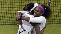 Serena Williamsová a její sestra Venus vyhrály čtyřhru Wimbledonu
