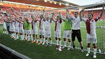Slavia Praha - Jihlava. Slávisté zdraví fanou�ky, poté co vyrovnali v devadesáté minut� na 3:3 | na serveru Lidovky.cz | aktu�ln� zpr�vy