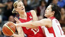 �eská basketbalistka Eva Víte�ková (vlevo) v olympijském zápase proti �ín� | na serveru Lidovky.cz | aktu�ln� zpr�vy