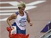 Barbora �pot�kov� po posledn�m hodu ut�kala slavit zlatou medaili za sv�m p��telem