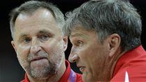 Trenér �eských basketbalistek Lubor Bla�ek (vlevo) a jeho asistent Ivan Bene� | na serveru Lidovky.cz | aktu�ln� zpr�vy