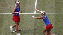 Lucie Hradecká (vlevo) a Andrea Hlavá�ková si na kurtech Wimbledonu zahrají finále olympiády | na serveru Lidovky.cz | aktu�ln� zpr�vy