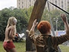 Aby ji kříž náhodou nezavalil, měla s sebou blondýna pomocnice.