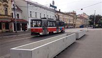 Betonové kv�tiná�e v Nádra�ní ulici na pra�ském Smíchov�. | na serveru Lidovky.cz | aktu�ln� zpr�vy
