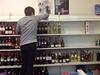 Vietnamským prodejc�m v Praze musela �íct a� jejich kamaráda �e�ka. O zákazu v téhle ve�erce nem�li ani tu�ení. | na serveru Lidovky.cz | aktu�ln� zpr�vy