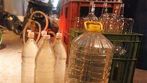 Policie objevila v gará�i nedaleko sídli�t� Ji�ní Svahy ve Zlín� skladi�t� s asi 500 lahvemi podez�elého alkoholu.  | na serveru Lidovky.cz | aktu�ln� zpr�vy