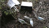 Neokolkované lahve s alkoholem, které  na�el mu� v p�íkopu u lesní cesty na Bruntálsku | na serveru Lidovky.cz | aktu�ln� zpr�vy