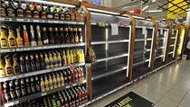 Prázdné regály v hypermarketu Albert v B�eclavi-Po�torné. | na serveru Lidovky.cz | aktu�ln� zpr�vy