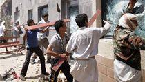 Zu�ící dav rozbíjí okna americké ambasády v jemenské metropoli Saná | na serveru Lidovky.cz | aktu�ln� zpr�vy
