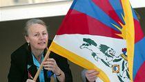 Bývalá starostka Prahy 11 Marta �orfová (ODS) vyv�uje vlajku na podporu Tibetu. | na serveru Lidovky.cz | aktu�ln� zpr�vy