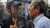 Řecký důchodce se opřel do pořádkové policie.