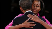 Michelle Obamová objímá svého muže. Za několik sekund začne ostře sledovaná televizní debata