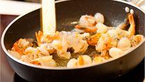 Ať už budete krevety vařit, nebo smažit, udělané jsou za minutu.