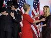 Mitt Romney a kandidát na viceprezidenta Paul Ryan se objímají se svými ženami po zklamání z výsledků voleb