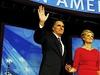 Smutná nálada v bostonském volebním štábu. Mitt Romney, Paul Ryan a jejich manželky se objímají.