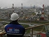 Zam�stnanec ropn� spole�nosti Slavn�f� pohl�� na rafinerii u m�sta Jaroslavl