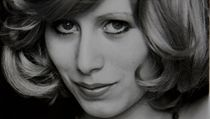 S nejdražším šperkem Alfonse Muchy. Magda žije v Paříži.