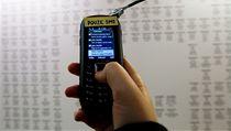 SMS zprávu politik�m lze zaslat p�ímo z mobilu ve výstavní síni DOXu. | na serveru Lidovky.cz | aktu�ln� zpr�vy