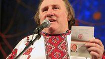 Depardieu ukazuje sv�j nov� rusk� pas.