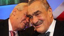 Miloš Zeman (vlevo) a Karel Schwarzenberg přicházejí na debatu v televizi Prima.