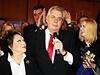 Miloš Zeman má po pravici Jiřinu Bohdalovou, na druhé straně stojí dcera Kateřina.