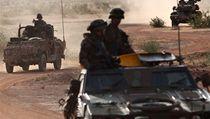 Patrola francouzských vojáků hlídkuje na předměstí Sevare, kde bylo údajně popraveno sedm lidí
