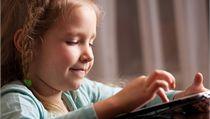 Dítě s počítačem (ilustrační fotografie).
