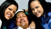 Venezuelská televize ukázala první fotografie Huga Cháveze po prosincové operaci rakoviny. Na snímku se svými dcerami.  | na serveru Lidovky.cz | aktu�ln� zpr�vy