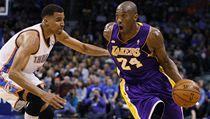 Basketbalista Oklahomy City Thunder Thabo Sefolosha (vlevo) a Kobe Bryant z Los Angeles Lakers