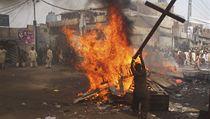 Muslimové zapálili desítky domů v křesťanské Josefově kolonii ve městě Láhaur.