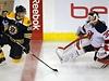 Jarom�r J�gr se p�ed z�pasem v Bostonu bav� s brank��em New Jersey Devils Martinem Brodeurem.