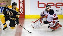 Jaromír Jágr se p�ed zápasem v Bostonu baví s branká�em New Jersey Devils Martinem Brodeurem. | na serveru Lidovky.cz | aktu�ln� zpr�vy