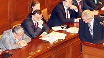 Prezident Zeman se dívá na pospávajícího Karla Schwarzenberga b�hem svého projevu ve sn�movn� | na serveru Lidovky.cz | aktu�ln� zpr�vy