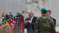 Prezident Zeman zdobí na nádvo�í p�ed památníkem historické armádní prapory za zvuku husitského chorálu Kto� sú bo�í bojovníci.  | na serveru Lidovky.cz | aktu�ln� zpr�vy