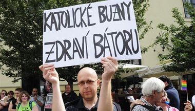 Martin C. Putna v roce 2011 na Gay pride s transparentem.