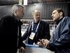 Na snímku jsou léka�i národního týmu Zden�k Ziegelbauer (vlevo) a Radek Holibka (uprost�ed) s branká�em Ond�ejem Pavelcem | na serveru Lidovky.cz | aktu�ln� zpr�vy