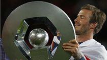 Fotbalista Paris St. Germain David Beckham s trofejí pro vítěze francouzské ligy