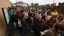 Lidé od �asného rána �ekali ve front� na korunova�ní klenoty.  | na serveru Lidovky.cz | aktu�ln� zpr�vy