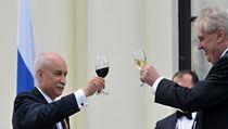 Milo� Zeman p�i slavnostním p�ípitku. Vlevo je ruský velvyslanec v �R Sergej Kiseljov.  | na serveru Lidovky.cz | aktu�ln� zpr�vy