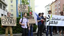 Asi 50 lidí, p�evá�n� student�, protestovalo v Brn� proti postoji prezidenta Milo�e Zemana k profesu�e Martina C. Putny. | na serveru Lidovky.cz | aktu�ln� zpr�vy