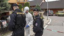 Policejní specialisté se na místo činu vydávali v bílých overalech.