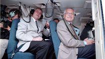 Povodn� 1997: p�edseda parlamentu Milo� Zeman (vlevo) a premiér Václav Klaus ve vrtulníku p�ed odletem do zaplavených oblastí severní Moravy. | na serveru Lidovky.cz | aktu�ln� zpr�vy