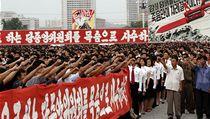 Severokorejci skandují na počest  Kim Čong-una.
