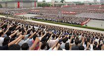 Jako armáda. Severokorejci provolávají slávu KLDR, kde komunistická dynastie Kimů železnou rukou již více než šest desítek let.