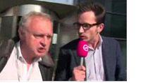 eský europoslanec Miloslav Ransdorf (KSČM) podrážděně slovně i fyzicky napadl nizozemského televizního reportéra.