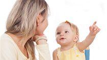 Ne� se d�t� nau�� mluvit, rodi�e se s n�m mohou dorozum�vat pomoc� znakov�n�.