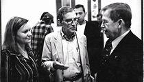 I prezident Václav Havel poděkoval Jimu Ottawayovi za podporu českých studentů (na fotografii s Danou Potočkovou ze správní rady Stipendia J.O.)