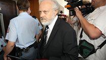 �alobce Petr Jir�t p�ich�z� k soudu.