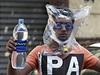 Jeden z demonstrantů v plaveckých brýlých a s pytlem na hlavě. Ty mají sloužit...