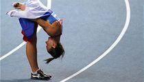 Jelena Isinbajevov� se poklonila zapln�n�m ochoz�m stadionu Lu�niki. P�i jej�ch pokusech bou�ily.